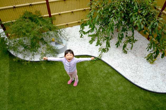 最初は天然芝にしようかと考えていたが、提案を受けて人工芝に。整備などの必要もなく、今では人工芝以外は考えられないとのこと。