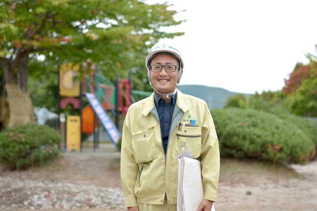 丹一平さん(33)入社6年目の現在、公園工事などの工程作りや管理、現場での作業指示を出す現場代理人を務める。