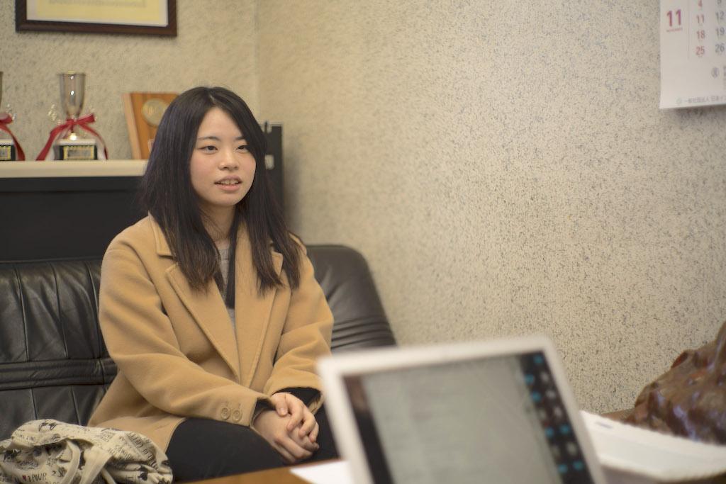 井上 葉月さん。新潟県出身。大学進学を機に北海道へ。現在大学4年生で、進学を機に母の実家のある札幌へ移った。2019年度から、新卒で南香園で働く。